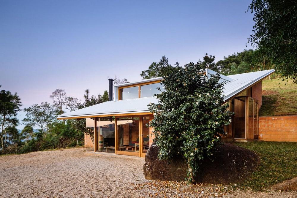 Дом на склоне холма в Бразилии