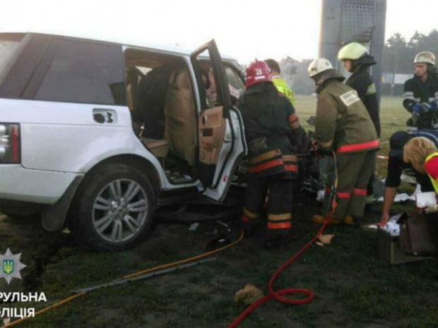 В Киеве пьяный водитель Range Rover бросил деньги в патрульных и врезался в столб - четверо в больнице (фото)