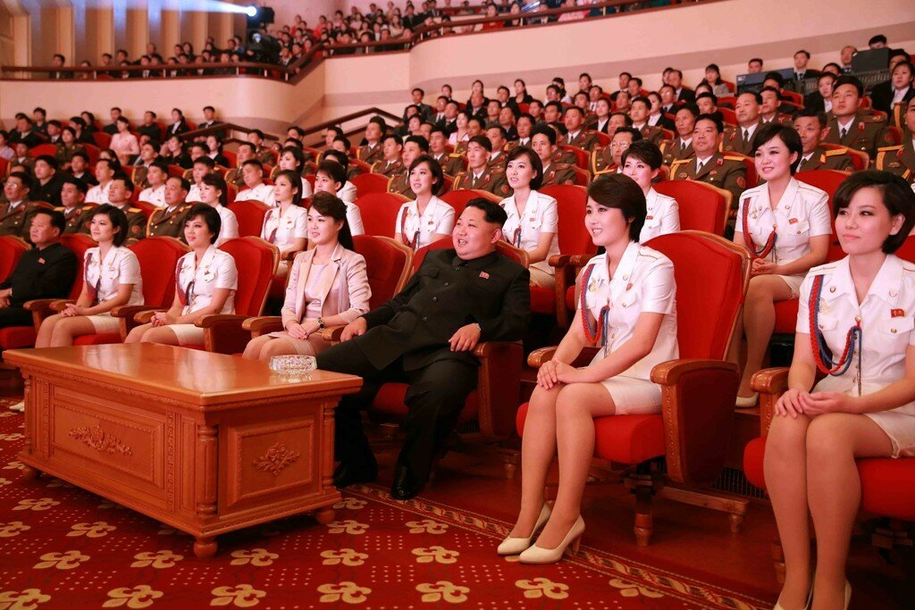 Ким Чен Ын и его ансамбль.jpg