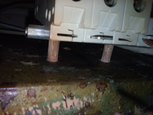Срочный вызов электрика аварийной службы в коммунальную квартиру из-за подгорания периферической части петли учёта общего электросчётчика