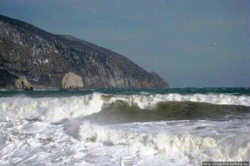 Поиски членов экипажа затонувшего плавкрана затруднены из-за сильных волн вморе