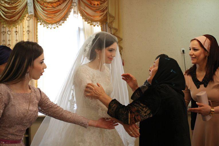 Только во время свадебной церемонии девушка знакомится почти со всеми родственниками со стороны
