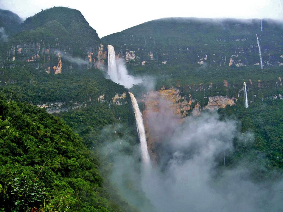 Он состоит из трех ярусов и возвышается над землей на 914 метров.