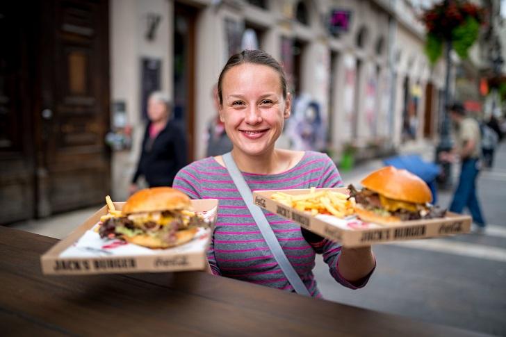 7. Где дешевле питаться. Без еды в путешествии обойтись сложно, но, если на нее заложены минимальные