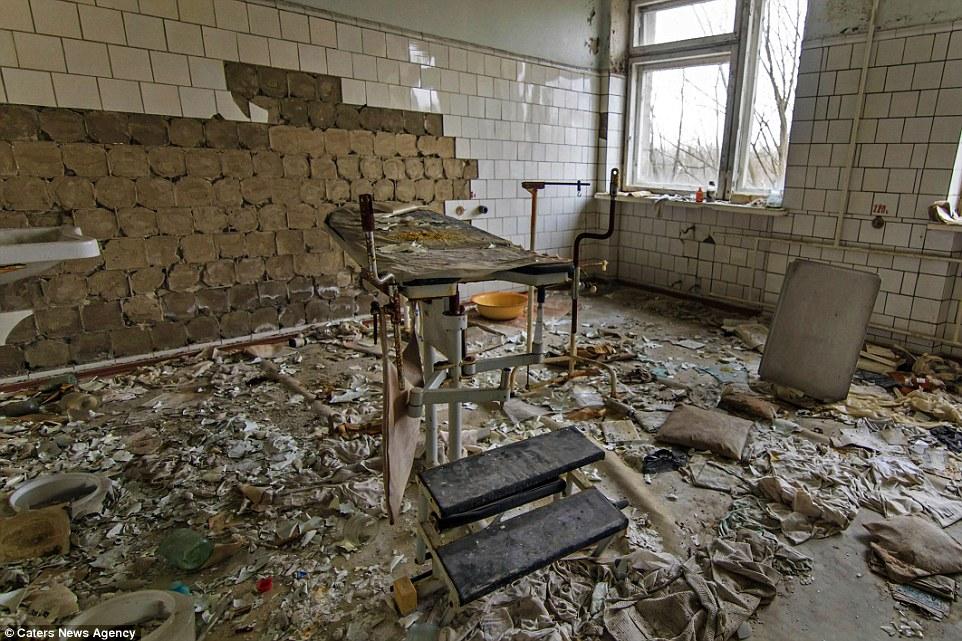 Опустошенность: процедурная в больнице ветшает, плитка осыпается со стен, а кушетка окружена старыми