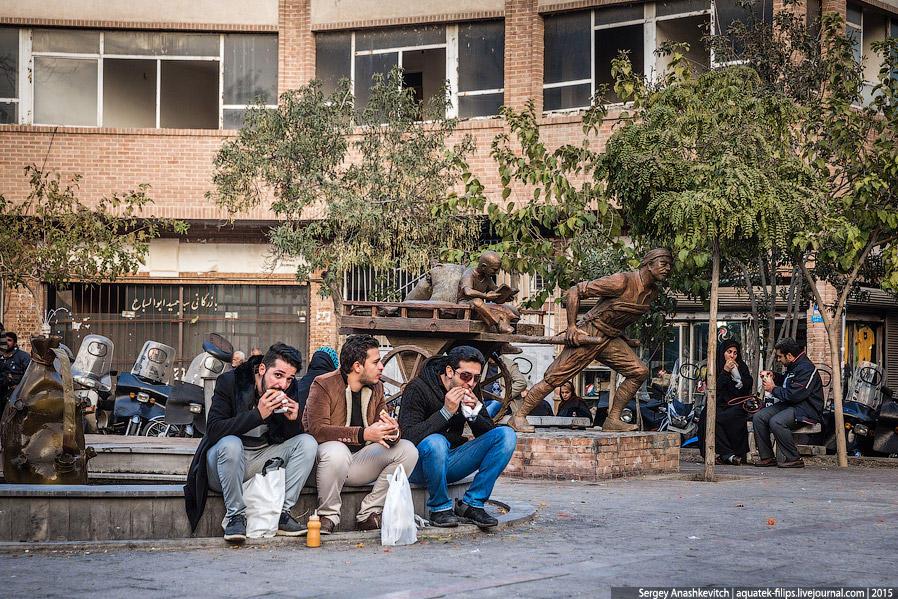 13. Обеденный перерыв в центре Тегерана. Многие офисные работники выходят немного прогуляться и пере