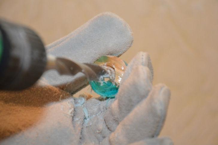 Далее рассверлить заготовку сверлом нужного диаметра предварительно.