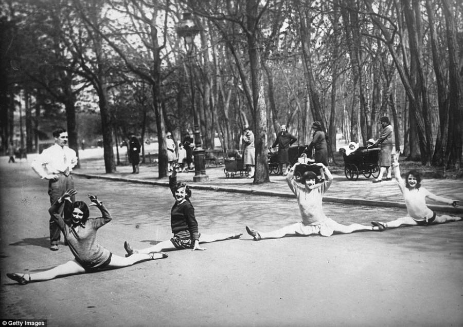 9. Шпагат в Булонском лесу от танцовщиц «Мулен-Руж» в Париже, 1930 год.
