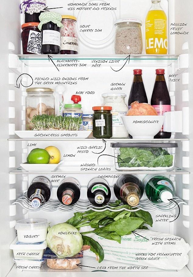 4. Холодильник Свена Элверфелда из Германии заполнен свежими овощами и фруктами, а также различными