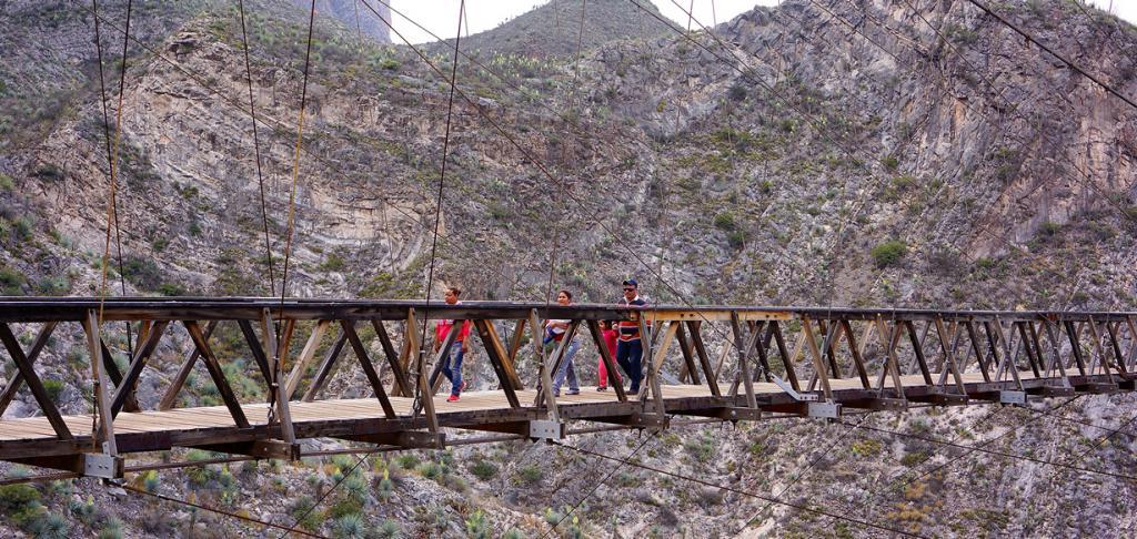 Мост расположен на высоте 109 метров. Конструкция сооружения довольно шаткая; каждый шаг сопрово