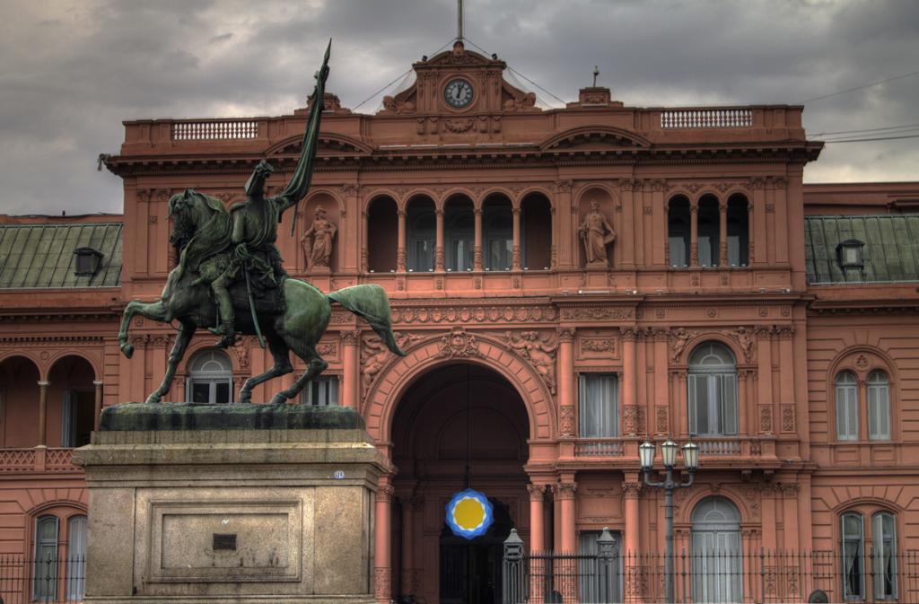 Аргентина. Буэнос-Айрес. Каса-Росада является официальной резиденцией Президента страны. (Gino L