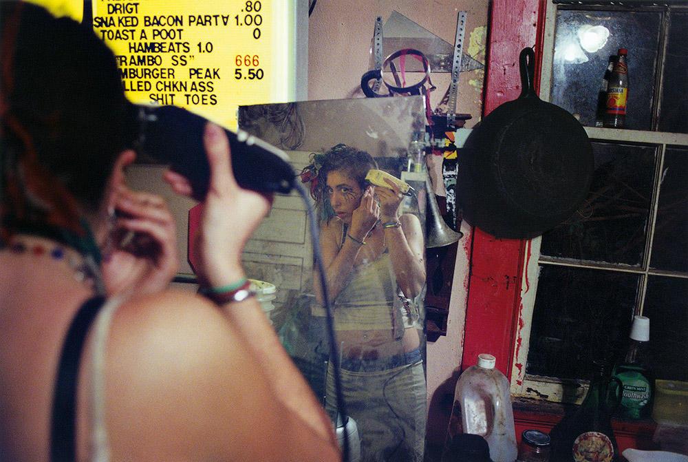 12. Меня арестовали за граффити. Подруга отдала мне фотоаппарат Polaroid, который я нашел у нее на з
