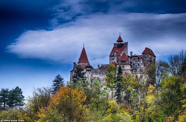 Замок Бран (на фото) долгое время ассоциировался с Дракулой, но на самом деле все было иначе. Тем не