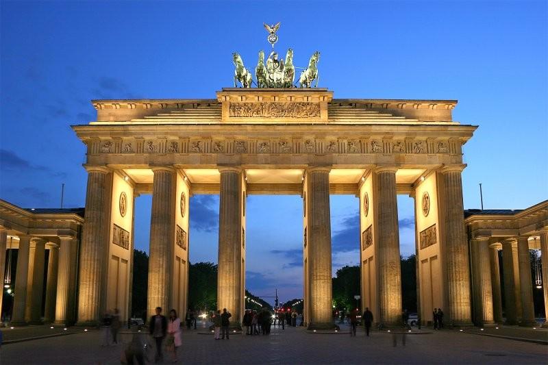 Активисты взобрались наБранденбургские ворота, протестуя против миграционной политики ФРГ