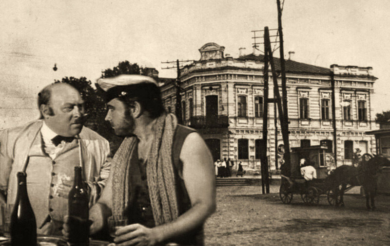 Коллаж: Кислярский и Бендер на фоне дома купца Самойлова