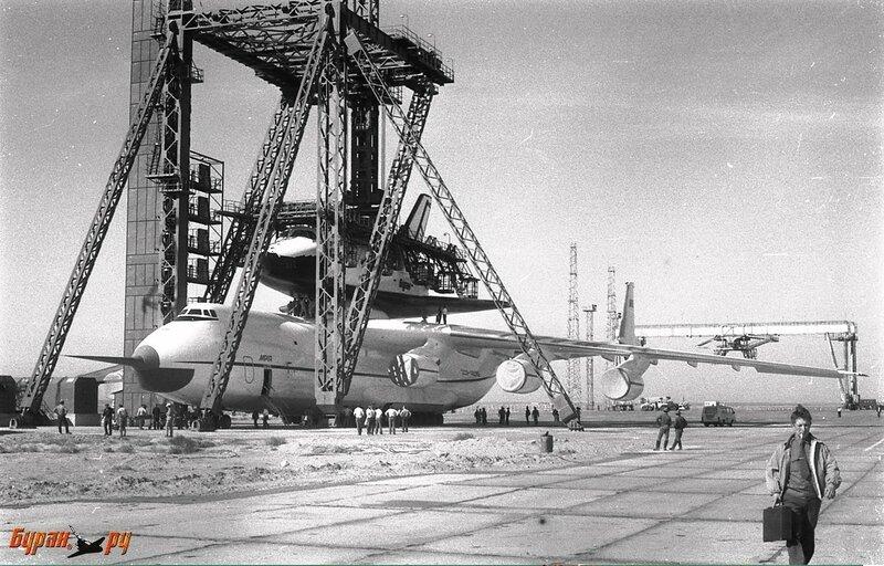 Установка Бурана на Мрию в мае 1989 г. Хорошо видно, что даже после перемещения Бурана вперед Мрия почти упирается крылом в опоры ПУА-100.Фотография Сергея Грачева .jpg