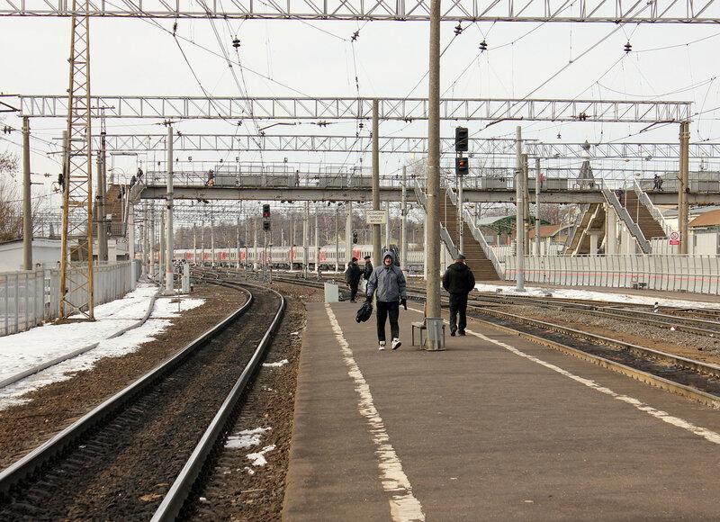 Низкая платформа в Орехово-Зуево для пригорода с БМО, вид на Москву и Куровскую