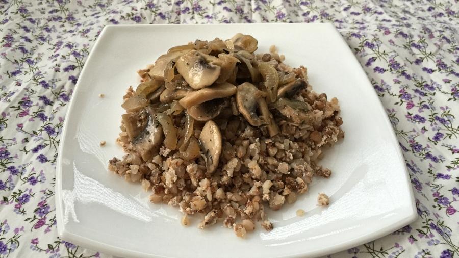 Гречневая каша на взбитом яйце со сметаной и грибами