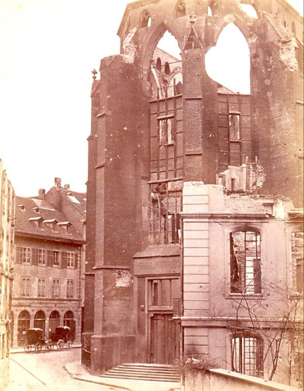 Библиотека  после бомбардировки 24 августа 1870. Вид с улицы