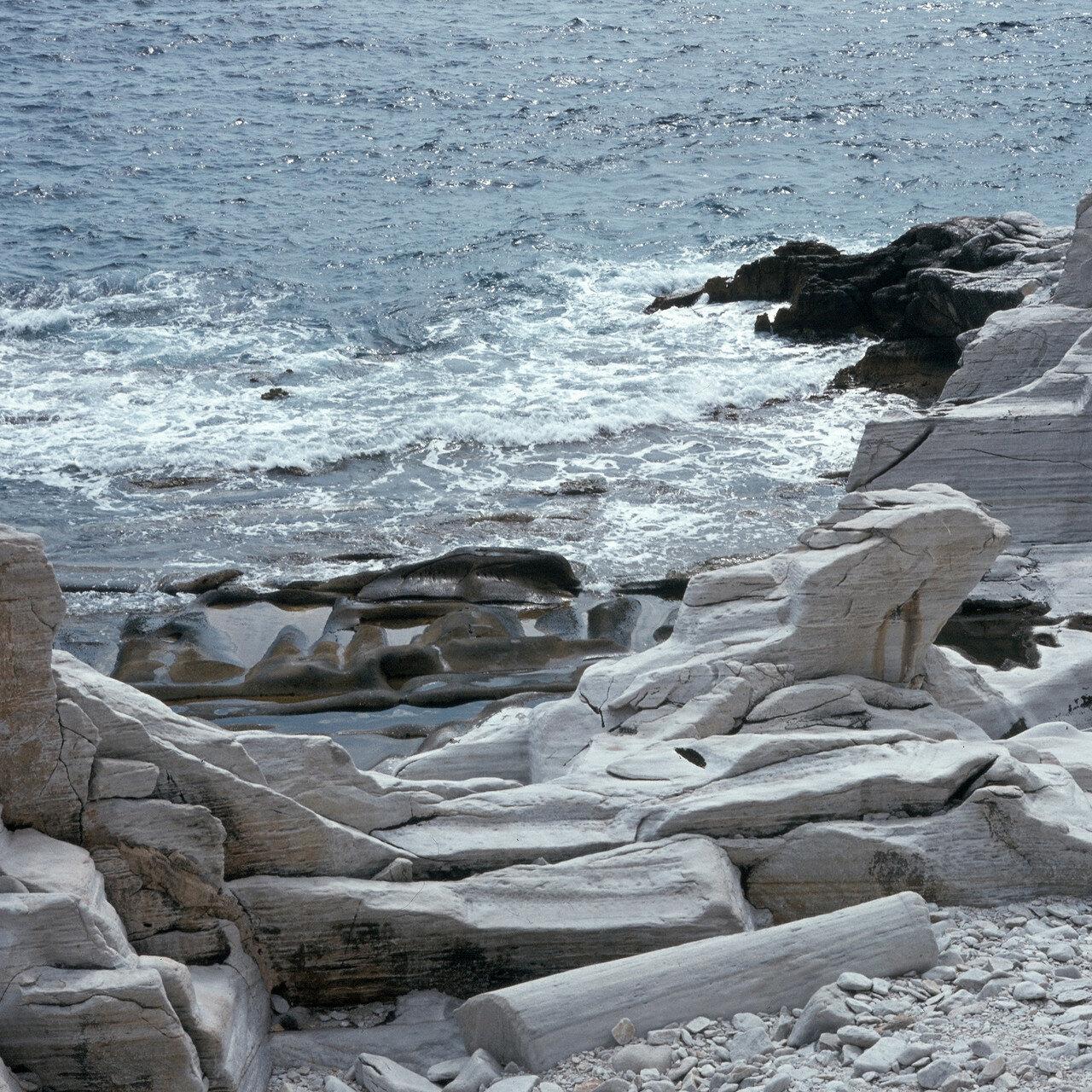Тасос, Алики. Античный мраморный карьер на берегу моря