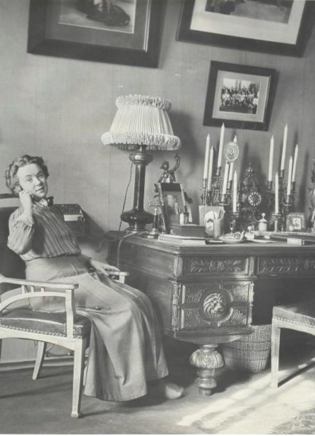 Портрет женщины, разговаривающей по телефону