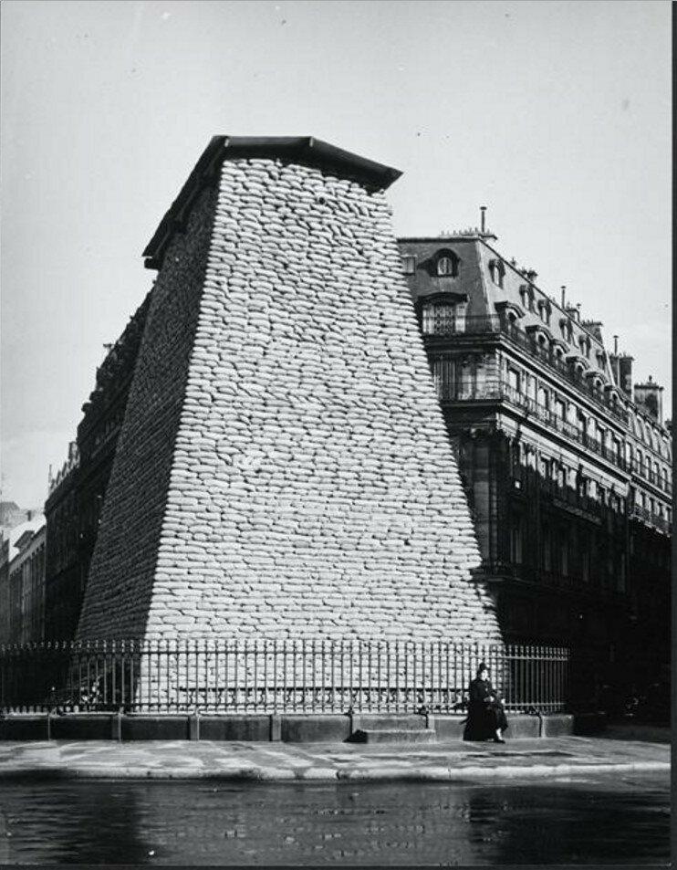 1940. Конная статуя Людовика XIV скрытая во время войны, Площадь Побед