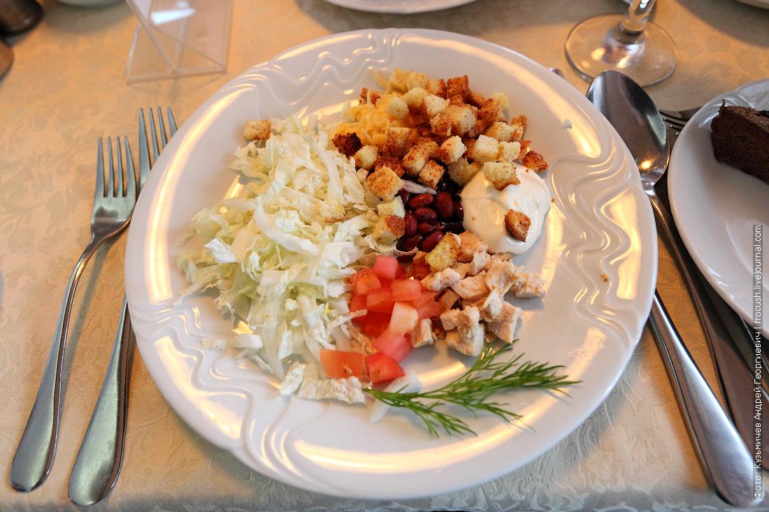 Салат куриный с гренками