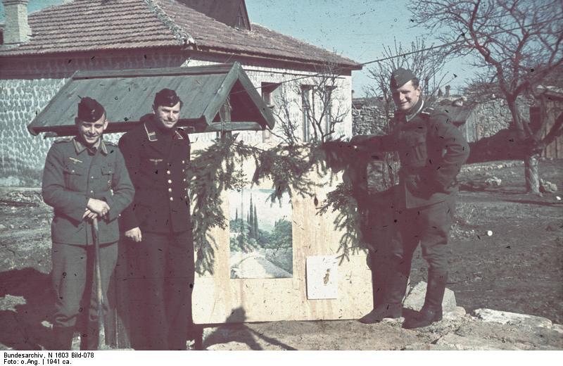 Krim, Horst Grund mit Kameraden neben Zeichnung
