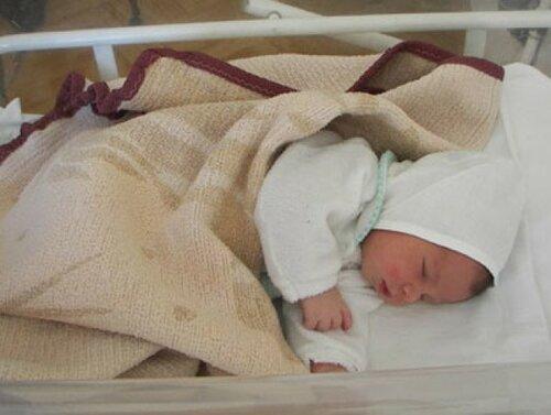 Полиция нашла мать брошенного в мусорный бак новорожденного