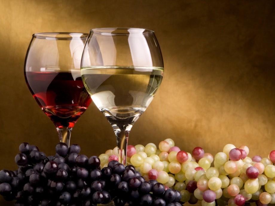 Медведев поручил рассмотреть введение квот для российских вин вресторанах