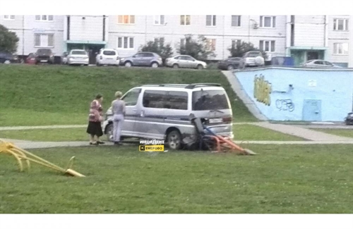 ВКемерове съехавший водвор микроавтобус чуть незадавил детей