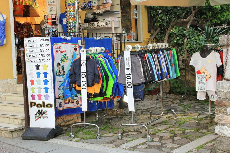 Магазинчик с одеждой на улице