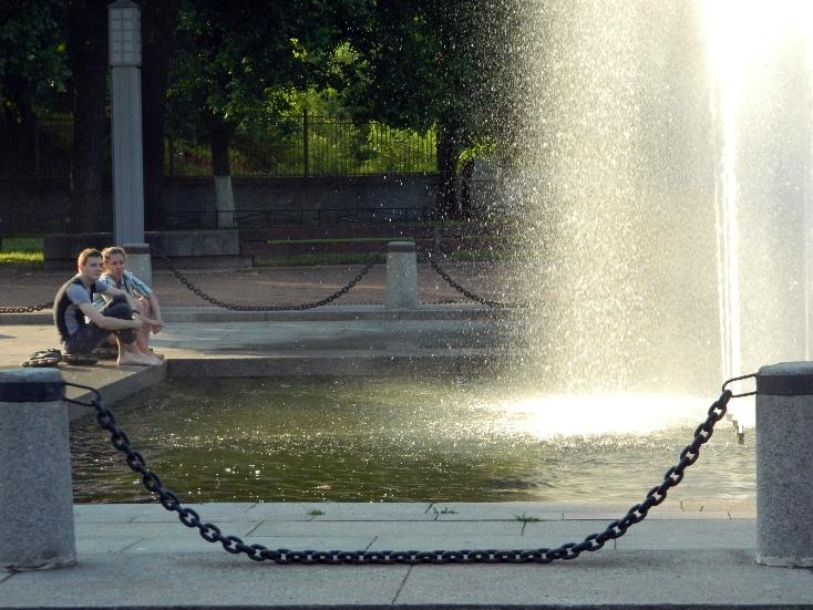 ребята у фонтана