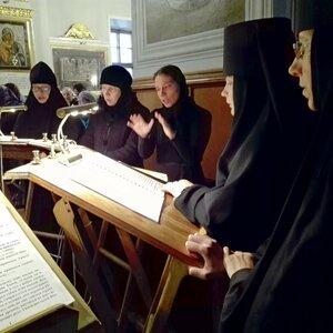 сестры обители поют акафист преп. Силуану Афонскому
