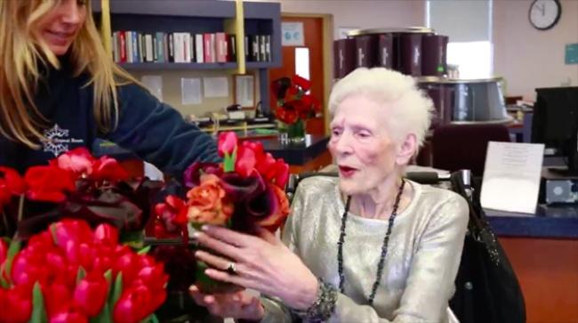 Флорист делает букеты изцветов, оставшихся после свадеб, идарит ихпожилым людям