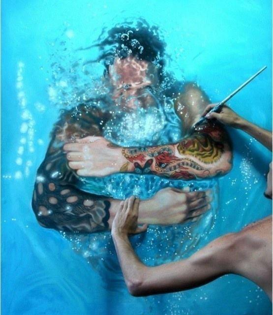 Это не девушка под водой, это рисунки!