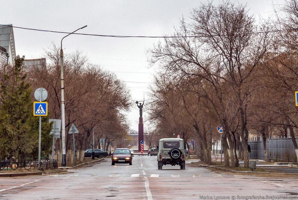 7. Главная площадь Ленина с одноименным «указующим перстом», здесь любят собираться таксисты.<b