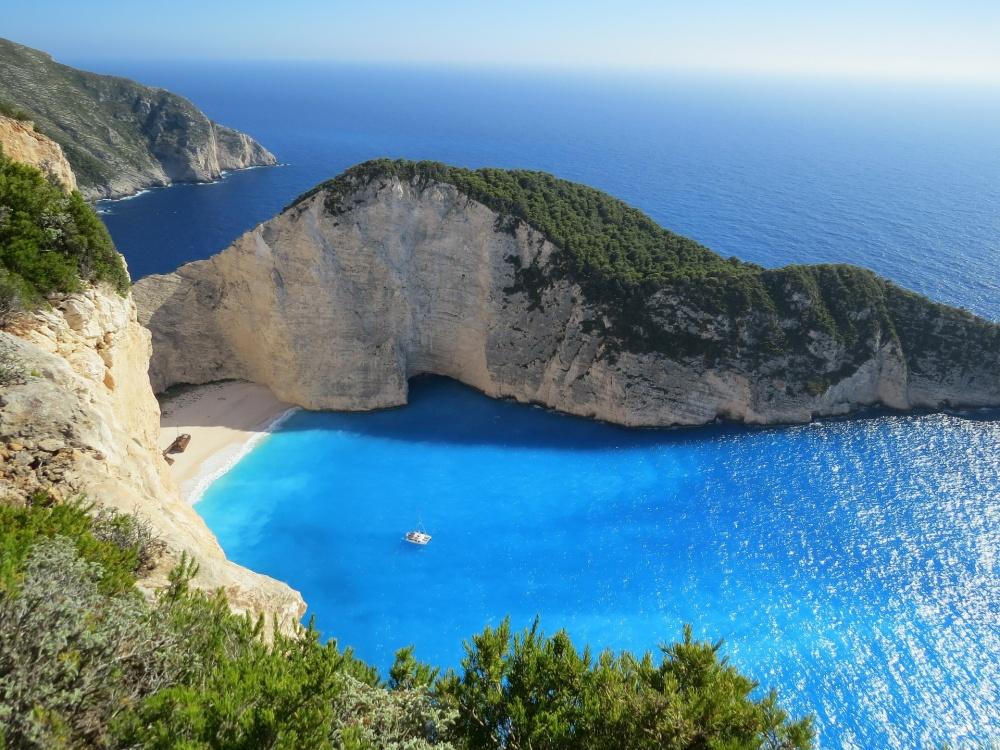 Греческие острова считаются одними изкрасивейших вмире. Голубая вода, сливающаяся снебом, икремо