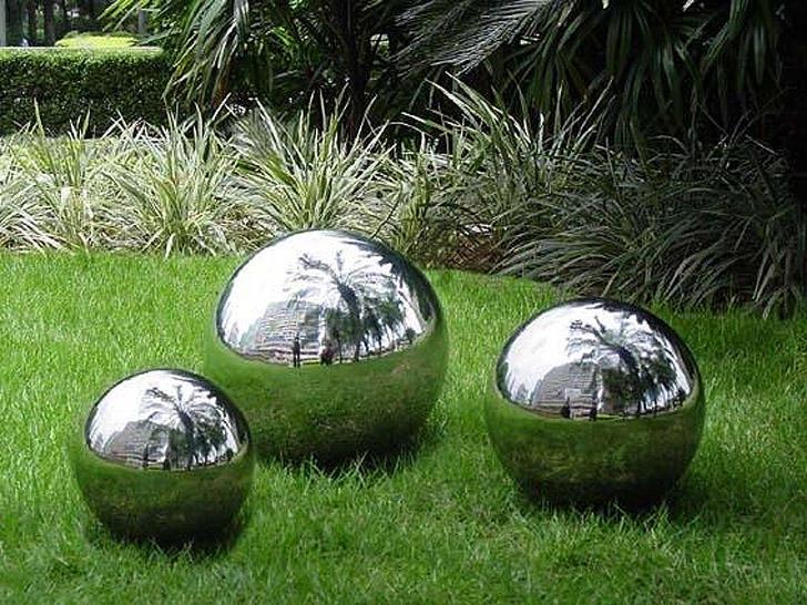 27. Зеркальные шары на лужайке Покройте шары разного размера зеркальной краской (с хром-эффектом, ее