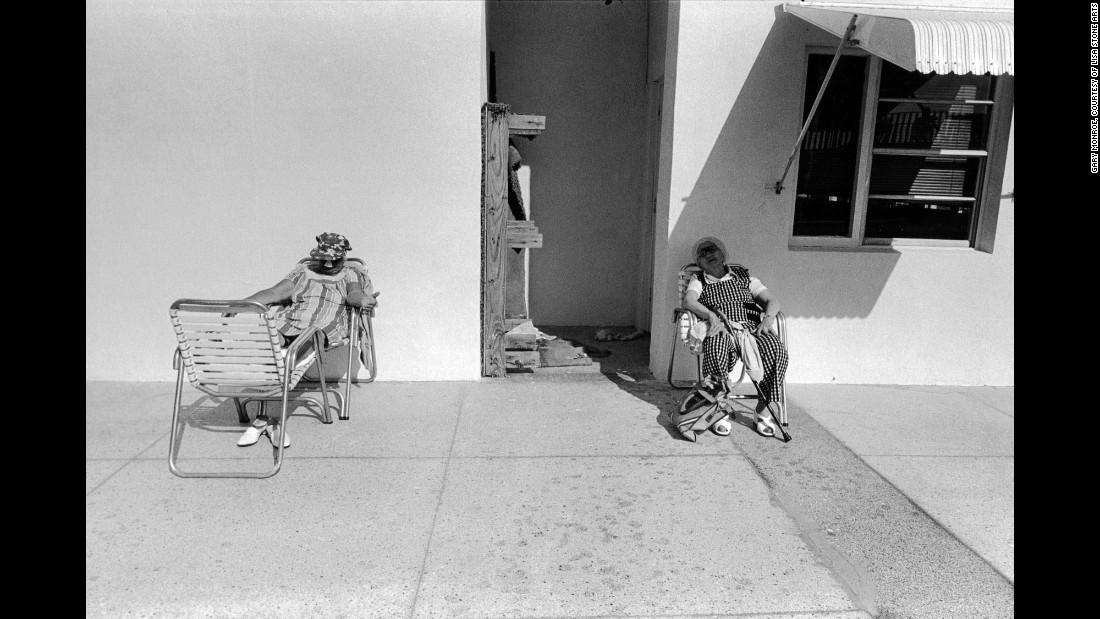 Женщины сидят у бассейна, 1979. «Я считаю, что в то время Саус-Бич был гораздо более интересным мест