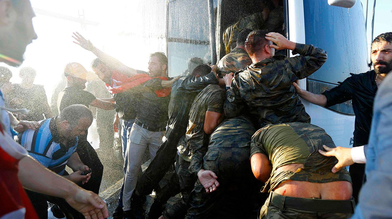 Сторонники президента Турции Реджепа Тайипа Эрдогана радуются подавлению попытки государственного пе