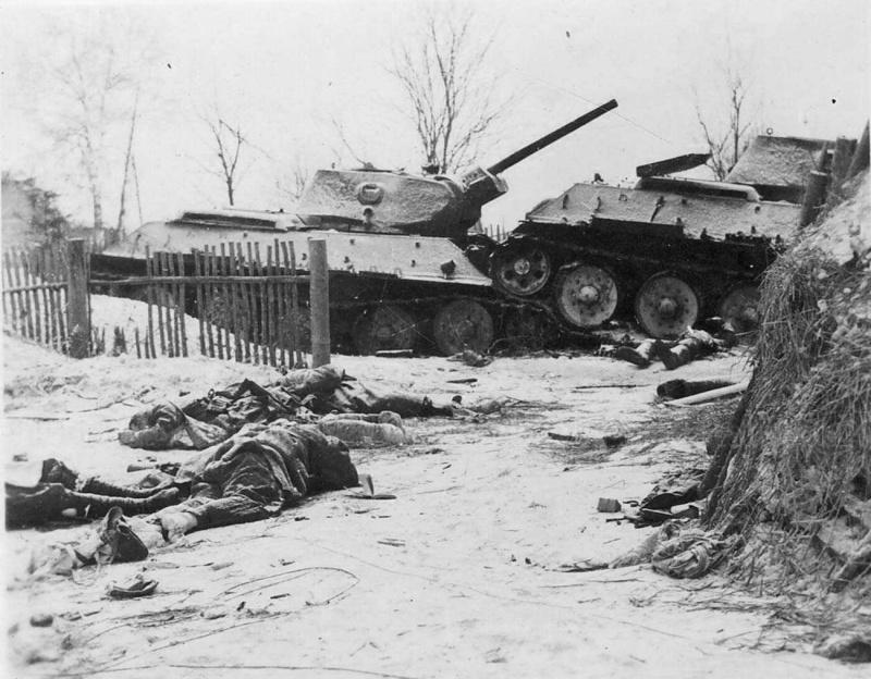 2 подб. Т-34 и тела убитых красноармейцев в деревне под Москвой. 41-2.jpg