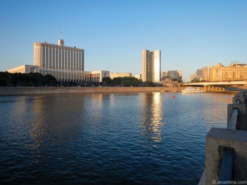 Белый дом, здание бывшего СЭВ, Новый Арбат, Москва, Краснопресненская набережная