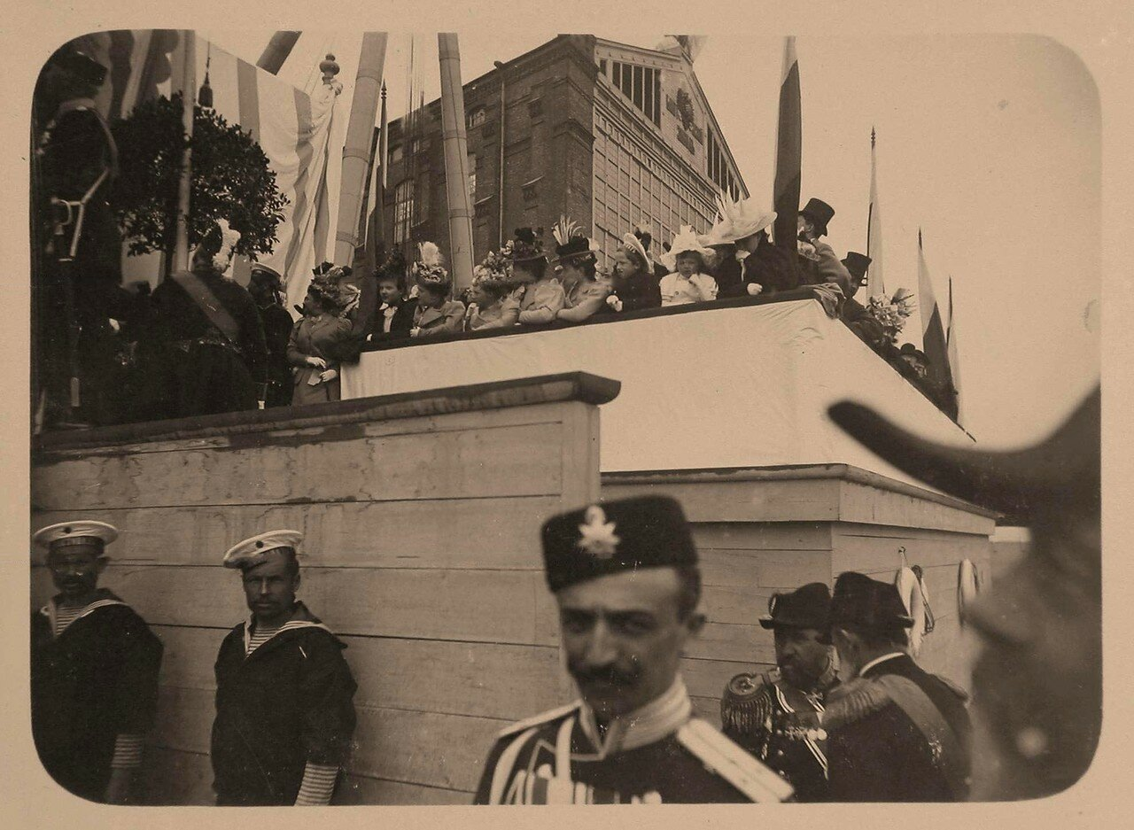 09. Гости, участники церемонии спуска на воду броненосца около стапелей Балтийского завода