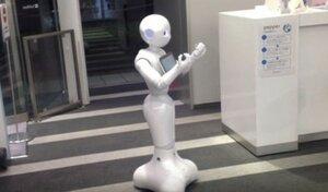 В супермаркете Парижа - робот пожимает руку покупателям
