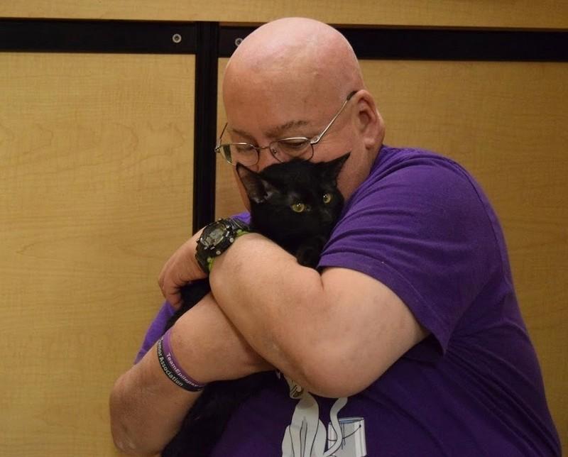 Мужчина взял бездомного котенка, а через 3 дня тот спас ему жизнь