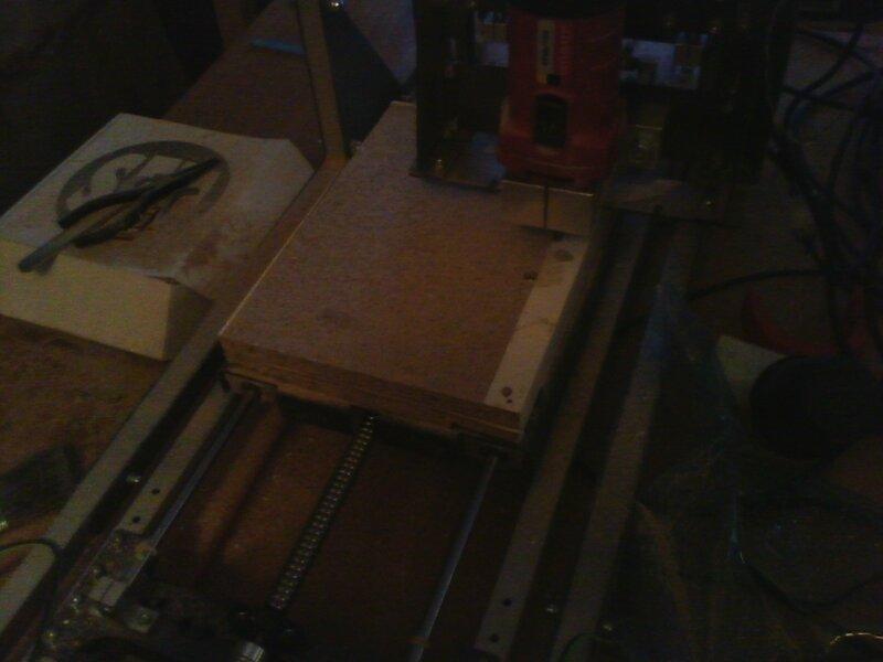Рраптор выравнивает деревянный столик-01.jpg