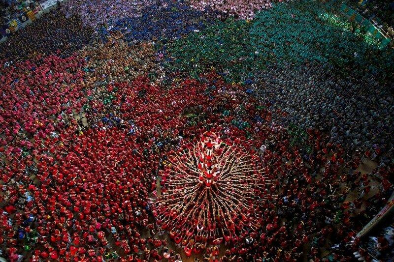 Ежегодные соревнования по постройке кастелей (башен из людей) в Таррагоне, Испания