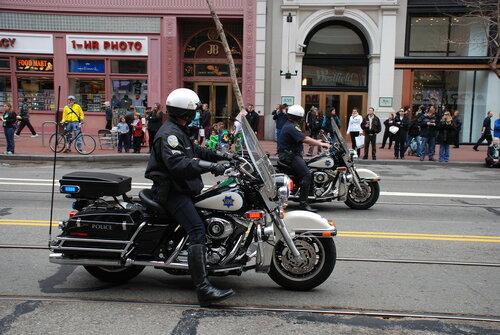 Полиция на мотоциклах на Параде в честь Дня Святого Патрика