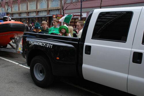 Дети в кузове пикапа